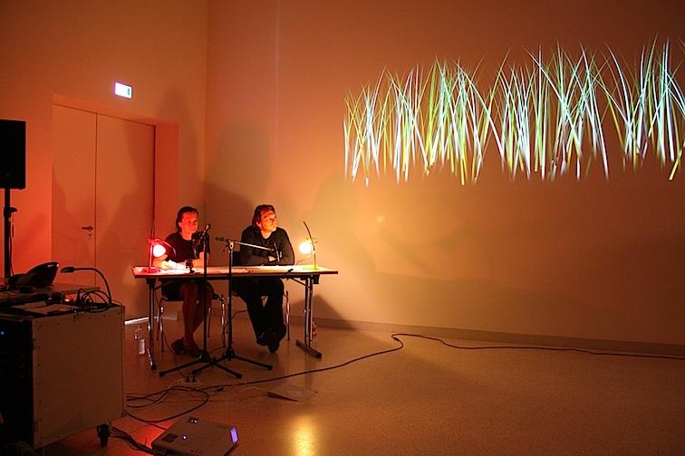 Petra Janina Schultz und Christian Bergmann lauschen dem Jugendensemble